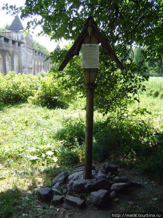 Возле кельи установлен деревянный крест в память о малой родине монаха Иринарха, рядом — цветущий сад, созданный руками нынешних послушников