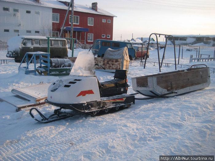 село Тельвиска,  5 км от Нарьян-Мара (противоположный берег Печоры) — зимой во дворах припаркованы Бураны, в половодье — лодки.