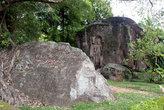 Камни и вырезанная из камня фигура