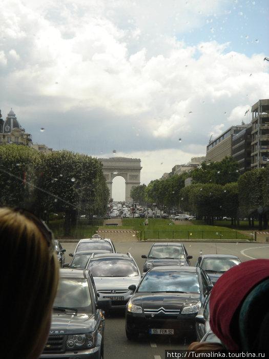 Еще в автобусе на подъезде к Парижу, а фотографировать уже не терпится!
