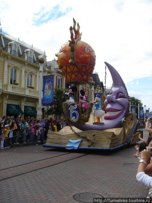 Красочный парад различных персонажей.
