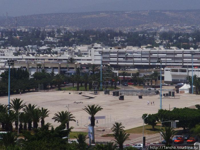 Вид из номера отеля на городскую площадь