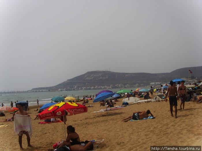 Городской пляж г. Агадира. В основном, там местные (особенно по выходным), но попадались и европейцы — русские ,поляки ,французы и немнцы