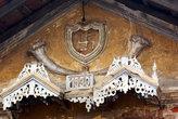 Элемент декора на старом доме