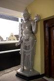 Статуя у двери