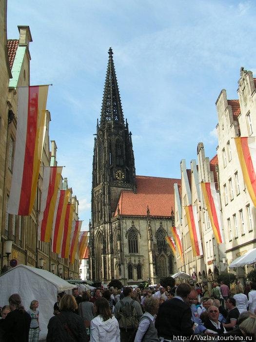 Вид на церковь с городской улицы