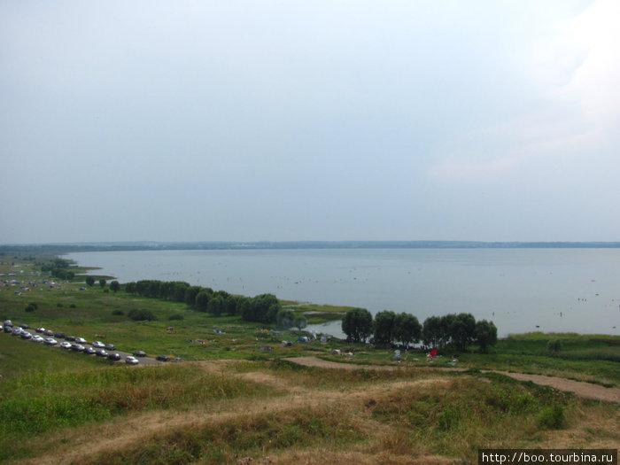 восточный берег озера облюбовали туристы-\