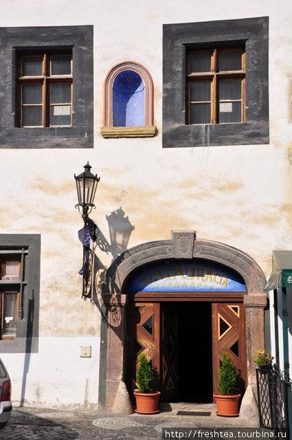 Таких колоритных старинных фасадов в Банской Штявнице — не меньше сотни. Этот ресторан рядом с центром туристической информации и напротив арт-галереи с интересной подборкой работ местных живописцев.