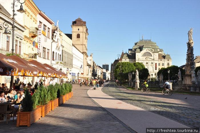 Кошице — главный город восточной Словакии — уравновешивает крайне западное положение Братиславы, официальной столицы. Все основные достопримечательности Кошице — в пределах одной улицы (Hlavna ul.).