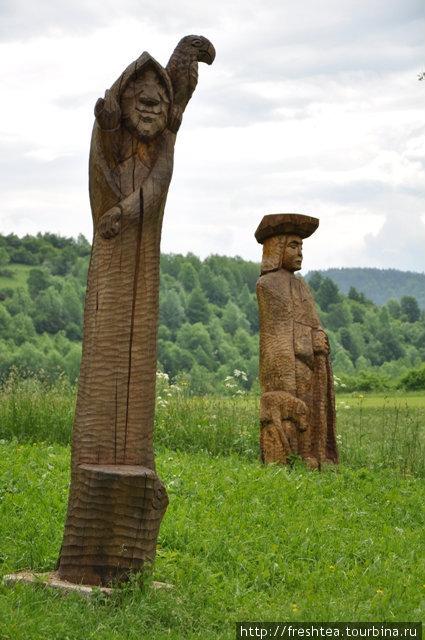 Персонажи из заповедной деревни Влколинец в Средней Словакии встречают ее посетителей при въезде. Свою историю селение ведет с XIV века. С 1993 года его внесли в список ЮНЕСКО под # 622.