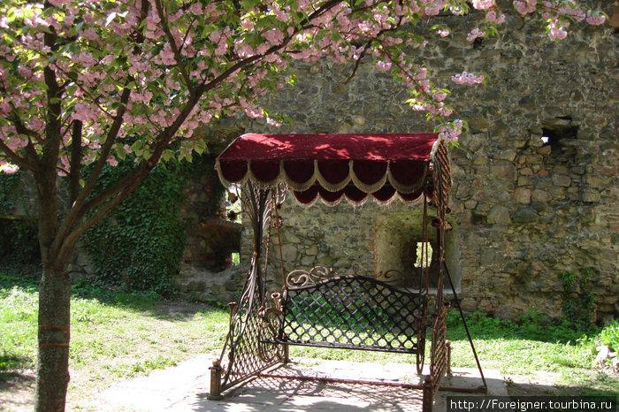 Качели во внутреннем дворике замка