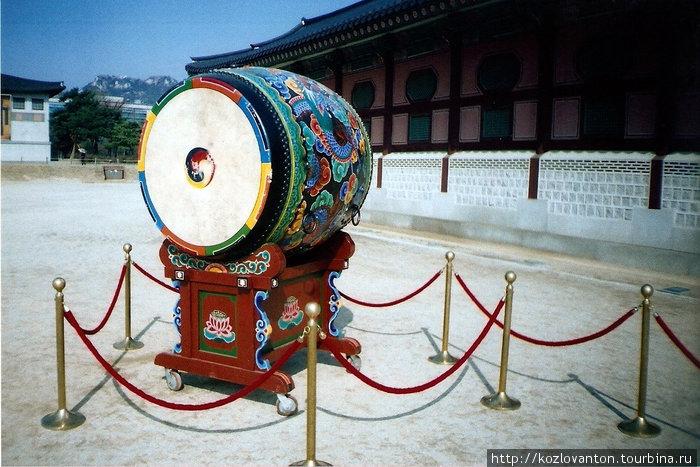Барабан Дянго. С его первыми ударами начинается церемония смены караула у ворот Кванхвамун.