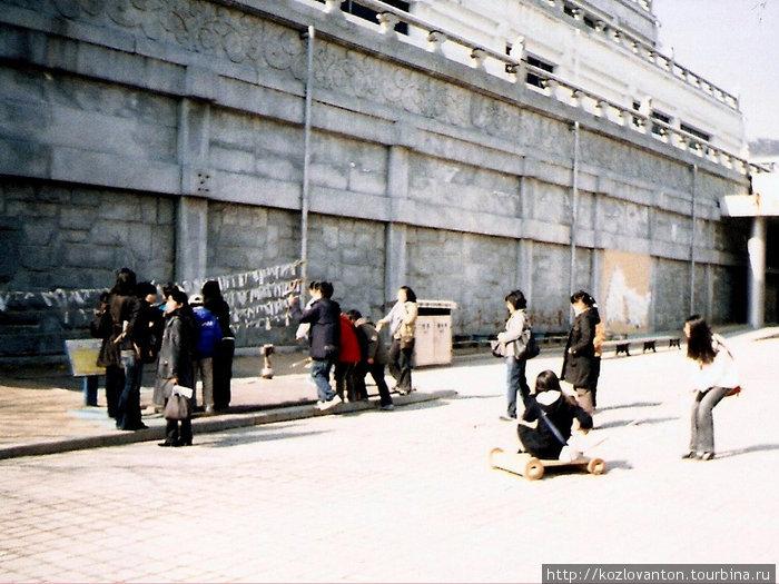Вот так развлекают себя корейские школьники после посещения музея.