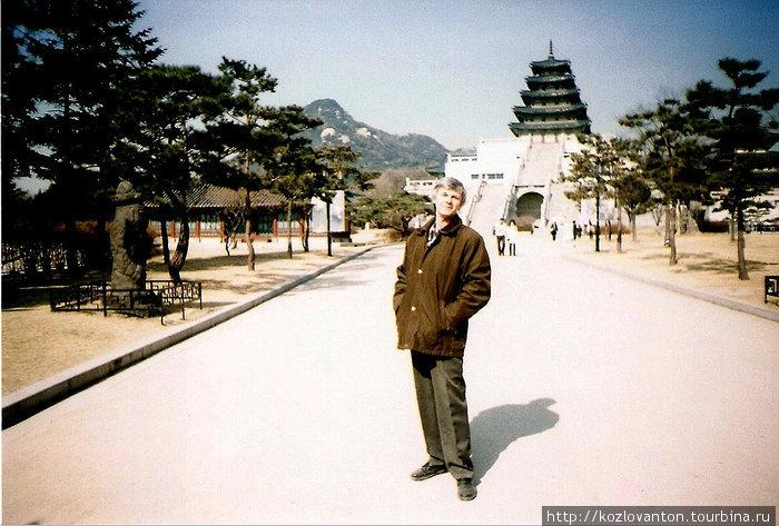 Пагода на белокаменном многоступенчатом основании — это национальный музей этнографии республики Корея.