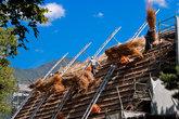 Перекрывают крышу одного из домов в музее