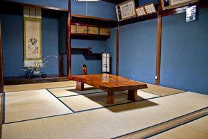 Внутри Вада-кэ: роскошный столик