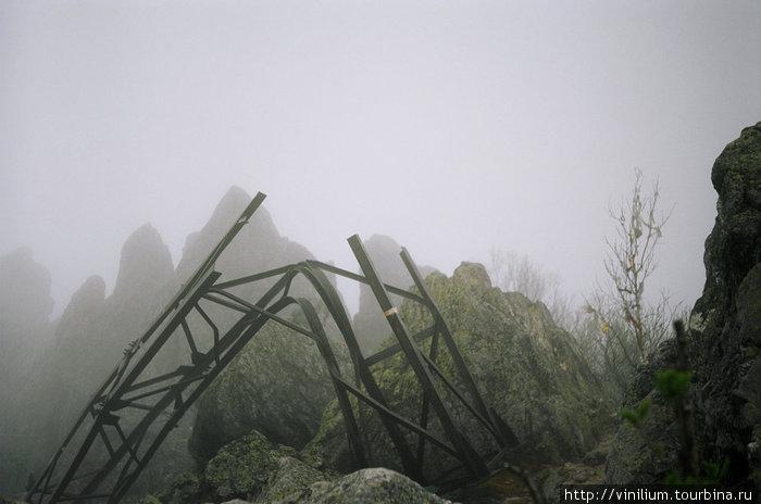 Остатки вышки на вершине Двуглавой сопки