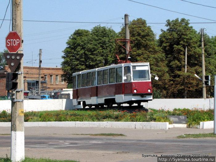 Трамвай-памятник 71-605, установлен 1.06.04 в честь 50- летия Конотопского трамвая.