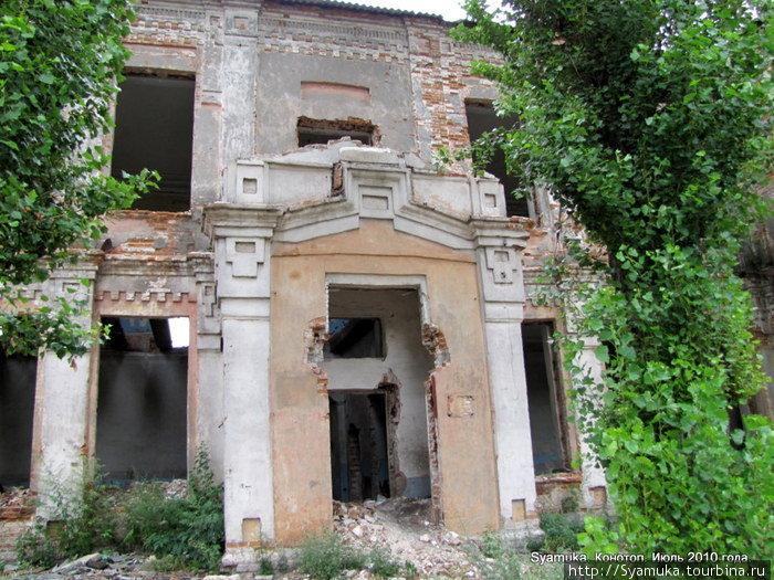 Разрушенное здание, но им, варварски разбитым и покореженным, все равно можно было восхищаться. И мы восхищались, отдавая дань уважения неизвестному архитектору и мастерам.