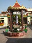 Нам разрешили жить в китайском монастыре , во дворе которого стояла статуя Гуанинь – богини милосердия.