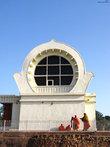 Храм и Ступа Паранирваны Будды Храм, построенный на том месте, где Будда ушел в паринирвану. Внутри храма очень красивая 6-метровая статуя лежащего на правом боку Будды, покрытая золотым покрывалом.