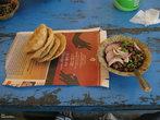 Вот то, что мы ели в последний день пребывания в раджгире — лепешки и бобы, все очень острое.