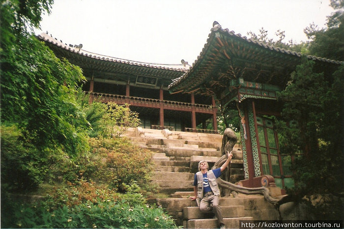 Павильон для отдыха знати в саду Хувон. Простолюдинам остается сидеть на ступеньках.