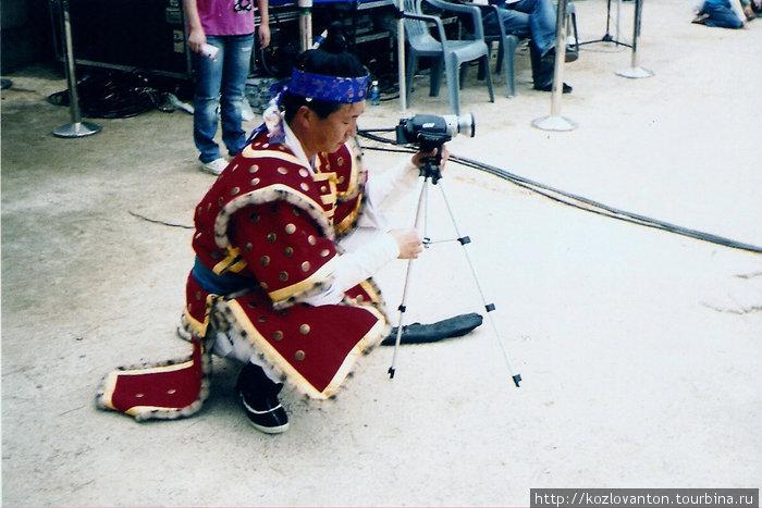Воин средневековой Кореи с видеокамерой \