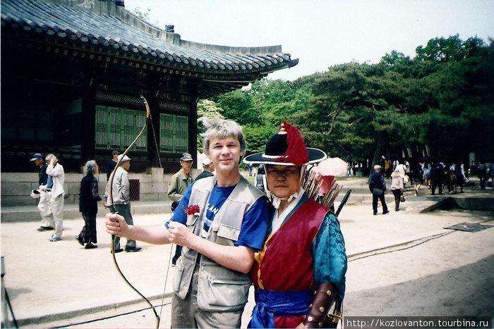 Мастер стрельбы из лука и его ученик в Чхангёнгуне.