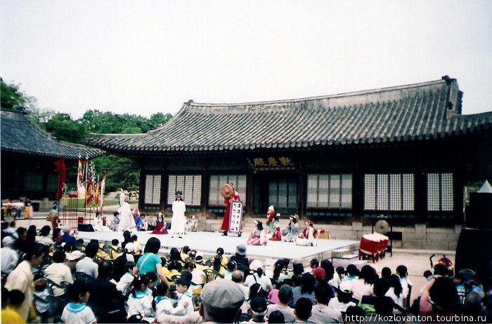 Представление уличного театра в Чхангёнгуне.