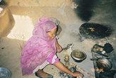 Суданская женщина на кухне.
