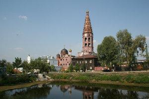 Ансамбль монастыря с 83-метровой колокольней виден издалека.
