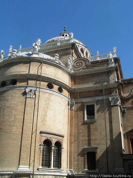 Боковой вид на здание базилики