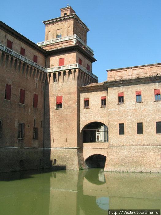 Замок и ров