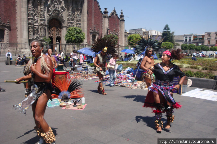 Мексиканский (индейский) танец у собора Метрополитана.