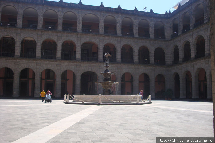 Внутренний двор Национального Дворца.