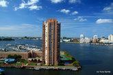 Это отель на берегу реки Елизавета и пристань для яхт.