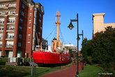 Это lightship, то есть корабль-маяк. Их использовали там, где невозможно построить стационарный маяк. Этот корабль сейчас стал частью музея верфи Военно-Морского Флота.