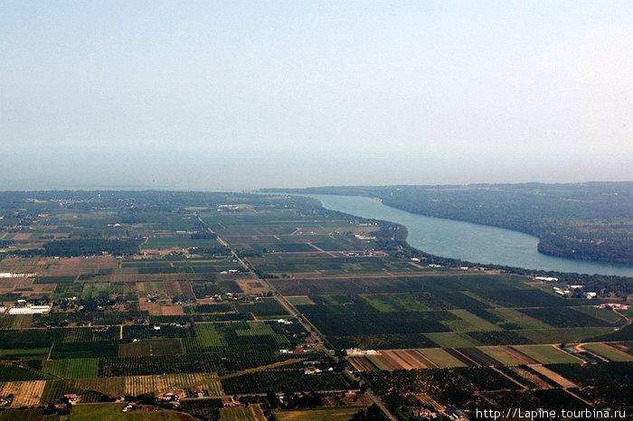 Река Ниагара вытекает из озера Онтарио (слева от реки — США, справа — Канада)