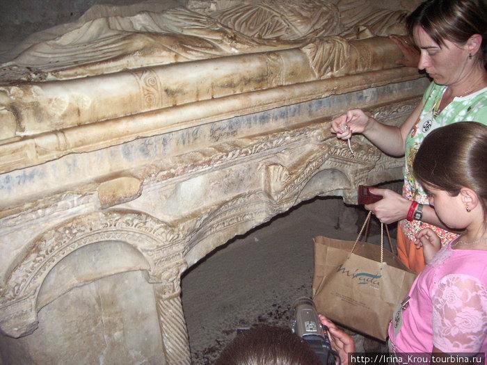 Саркофаг, в котором был похоронен Святой Николай.