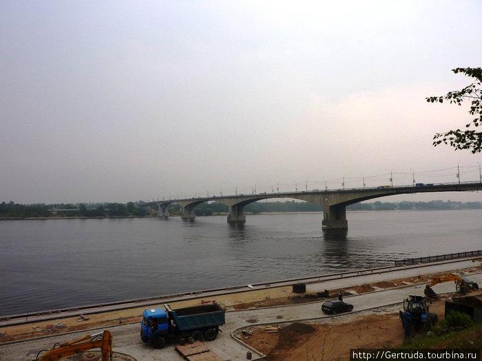 Ремонт нижней набережной и автомобильный мост в дымке.