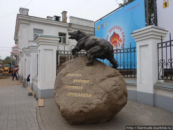 Медведь — символ Ярославля.Многие стараются потереть ему нос и оттого он блестит.