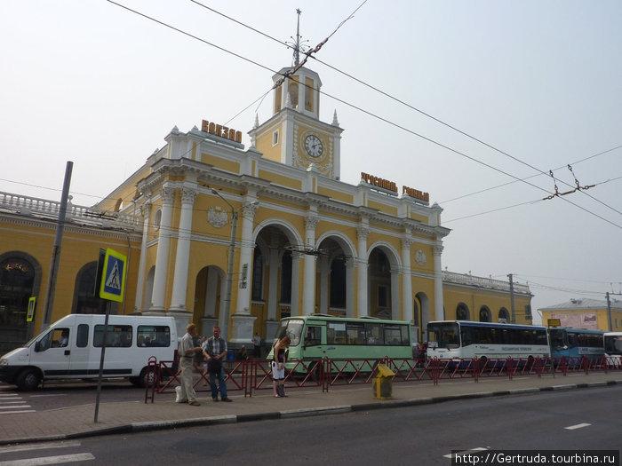 Железнодорожный вокзал Ярославль -главный, так как есть еще один вокзал, называемый Московским.