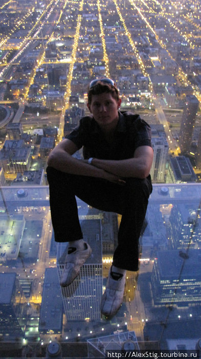 Сижу на прозрачном балконе. Подо мной примерно 400 метров.