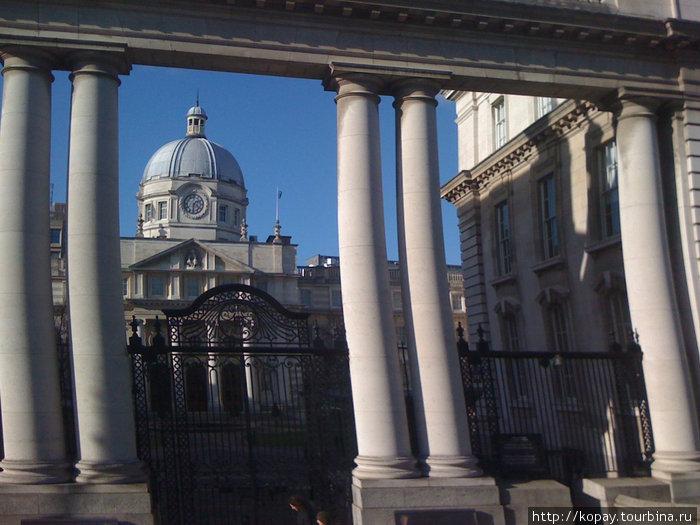 А это Дублин, снятый с крыши туристического даблдекера. Скорость сделала своё дело и слегка исказила колонны.