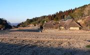 Деревня Хаттодзи ранним утром в феврале. На полях — иней...