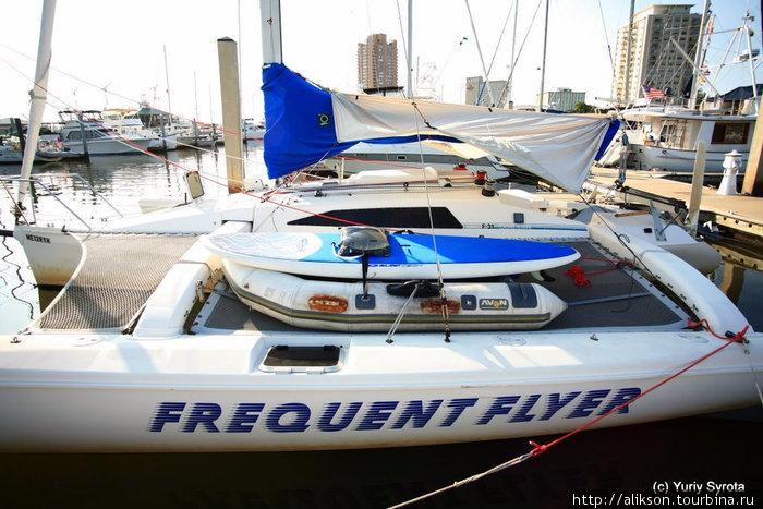 Это Частый летун — словосочетание используется для описания людей, которые много путешествуют на самолётах. Это странная лодка-катамаран. На нём стоит надувная моторка, а на ней доска для серфинга. Портсмут, CША