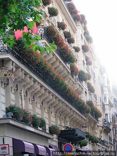 Париж. Балконы и цветы — ну разве не лепота :)
