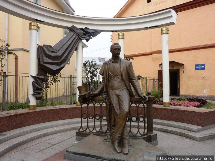 Памятник собинову ярославль установка памятники из гранита на двоих
