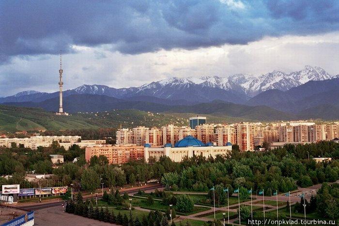 Общий вид на город Алматы у подножия Заилийского Алатау, фотография взята из Сети.